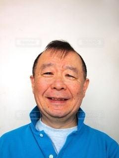 青いシャツを着た笑顔の男の写真・画像素材[3349171]