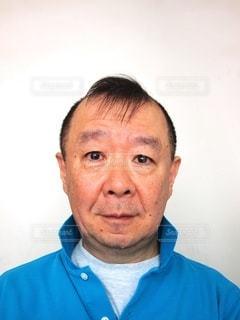 青いシャツを着た男の写真・画像素材[3349172]