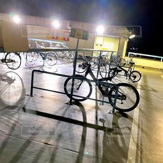 夜の駐輪場の写真・画像素材[4054792]