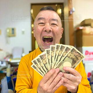 お札に笑顔の写真・画像素材[4197641]