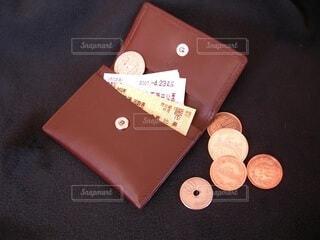 小銭入れと硬貨と切符の写真・画像素材[4672144]
