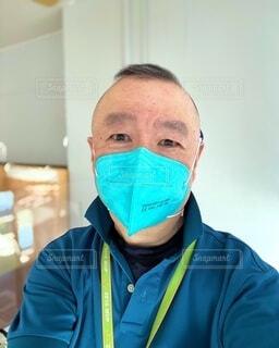 衛生用マスクで働く人の写真・画像素材[4692891]