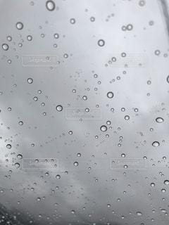 傘越しに見上げる空の写真・画像素材[2004633]