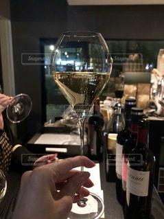立ち飲みスパークリングワインの写真・画像素材[2019447]