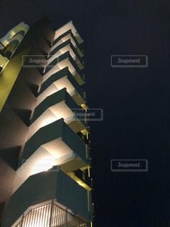 夜空とマンションの写真・画像素材[2027272]