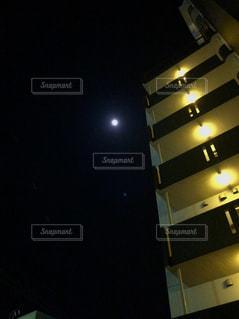 マンションと夜空の月の写真・画像素材[2039226]