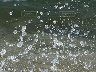 水の中を泳いでいる人々のグループの写真・画像素材[2132278]