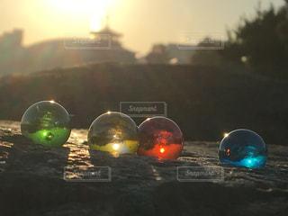 ビー玉と朝日の写真・画像素材[2746608]