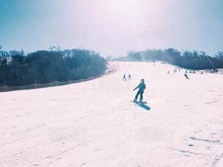 雪をスノーボードに乗る人が斜面をカバーの写真・画像素材[2083294]