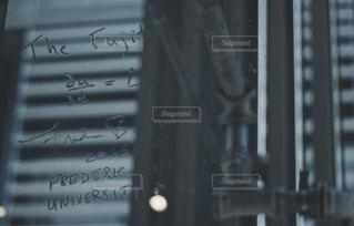 窓に書かれた数式の写真・画像素材[2003763]