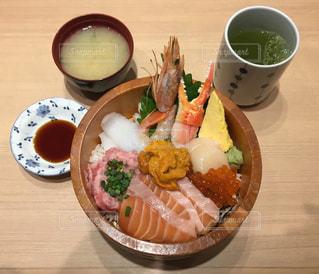 新鮮な魚介の海鮮丼の写真・画像素材[2046271]