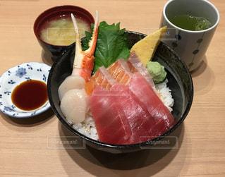 新鮮な魚介を盛り付けた海鮮丼の写真・画像素材[2046272]