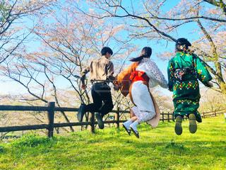 着物でジャンプの写真・画像素材[1991674]