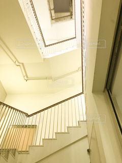 昭和、レトロな建物の螺旋階段の写真・画像素材[2000838]