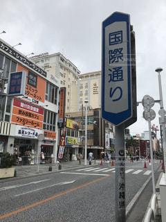 街の通りにある電柱の標識の写真・画像素材[2178959]