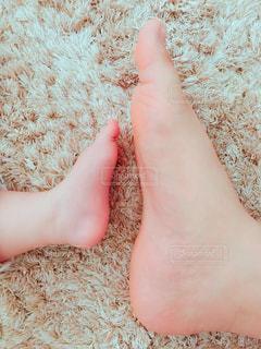 ママとベビーの足の写真・画像素材[1997063]