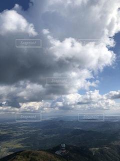 周囲に雲のある山の写真・画像素材[2697533]