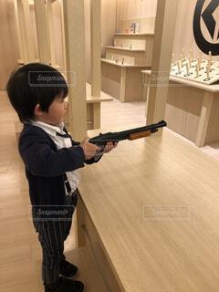 少年が射的を頑張るの写真・画像素材[4392246]