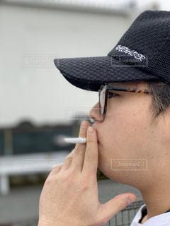 帽子をかぶった男がひと休みの写真・画像素材[2897887]
