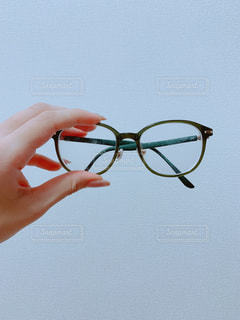 メガネを持つ手の写真・画像素材[2349701]