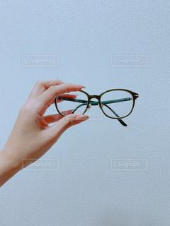 メガネを持つ手の写真・画像素材[2349708]