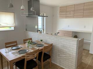 ダイニングテーブルとキッチンの写真・画像素材[4603968]