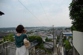 街並みを撮る女性の写真・画像素材[2042493]