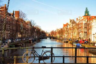 オランダの水路と自転車の写真・画像素材[2061937]