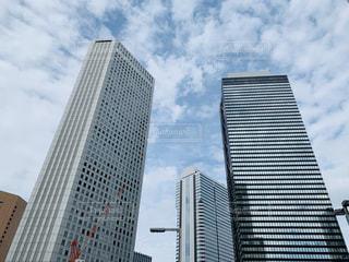 都会の大きな超高層ビルの写真・画像素材[2496763]