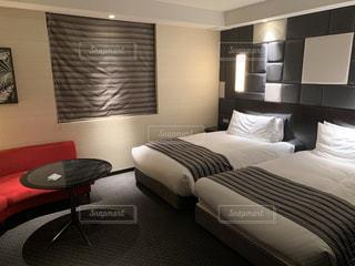 ホテルの部屋のベッドの写真・画像素材[2687032]