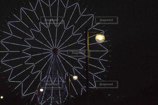 夜空に浮かぶ観覧車のイルミネーションの写真・画像素材[2072436]