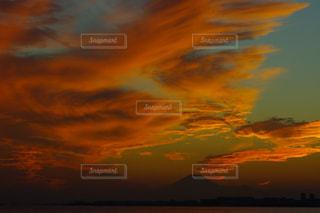 ダイナミックな空〜オレンジの写真・画像素材[2158298]