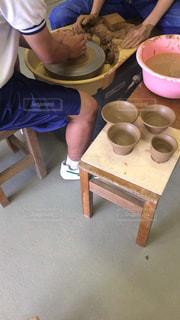 陶芸の体験教室にてろくろを回す中学生。の写真・画像素材[2182292]