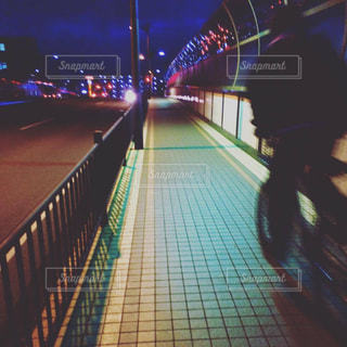 夜の街へ繰り出す若者の写真・画像素材[2186292]