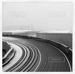 雪の日の道路・タイヤの跡の写真・画像素材[2823955]