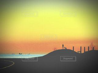海辺の夕焼けと人影の写真・画像素材[2847755]
