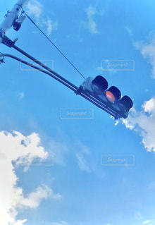 黄色信号と青空の写真・画像素材[2860115]