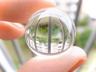 指でつまんだクリスタルボールの写真・画像素材[2862591]