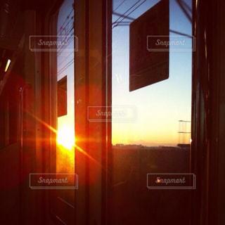 電車のドア越しの風景の写真・画像素材[3022551]
