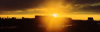 金色の夕日の写真・画像素材[3094415]