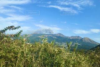 噴煙を上げる阿蘇山の写真・画像素材[3104431]