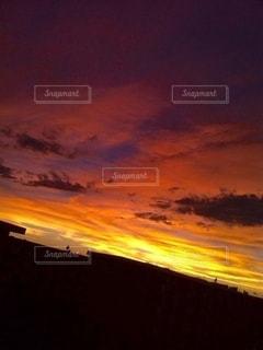 燃えるような夕焼けの写真・画像素材[3215611]