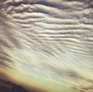 変わった雲に覆われた空の写真・画像素材[3337496]