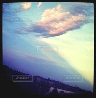 光の境目の見える空の写真・画像素材[3373396]