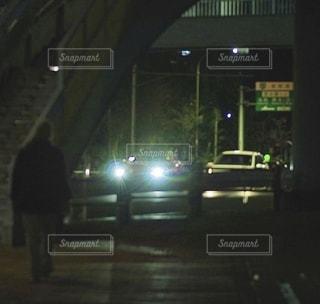 夜道に光るヘッドライトの写真・画像素材[3494013]