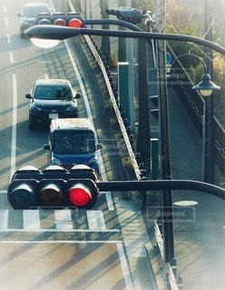 赤信号を待つ車の写真・画像素材[3542331]