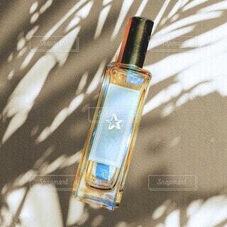 香水のボトル〜春のイメージの写真・画像素材[4353557]