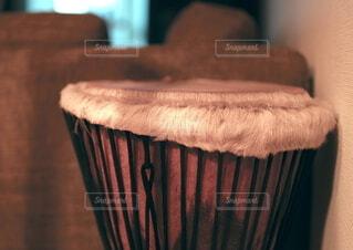 アフリカの太鼓・ジャンベのあるインテリアの写真・画像素材[4653958]
