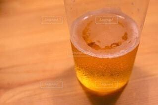 水滴のついたビールグラスの写真・画像素材[4805253]