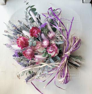 マゼンタ色のバラとシルバーリーフのスワッグの写真・画像素材[2010548]